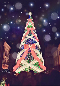 24日クリスマスツリーの前で。